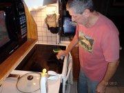 mężczyzna podczas sprzątania kuchni