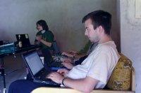 programiści pracujący na spotkaniu